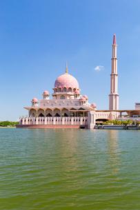 船から望むピンクモスクとミナレットの写真素材 [FYI02740584]