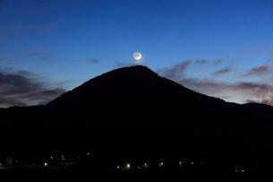 薄暮の女神岳と地球照の月の写真素材 [FYI02740673]