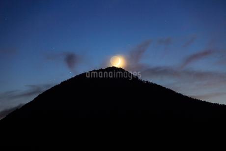 薄暮の女神岳と地球照の月の写真素材 [FYI02740681]