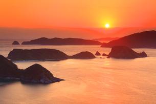 牛ノ島など慶良間諸島と朝日の写真素材 [FYI02740731]