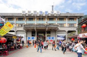 台湾、平渓線、猴トン駅(Houtong駅)前の写真素材 [FYI02740787]