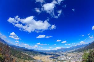 依田城跡から望む丸子市街と烏帽子岳と浅間山と四阿山の写真素材 [FYI02740794]