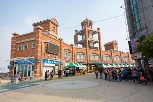 廟前路から望むCijin Ferry Station(旗津輪渡站)の写真素材 [FYI02740819]