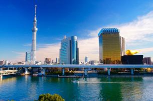 東京スカイツリーとアサヒビールタワーと隅田川とファスナーの船の写真素材 [FYI02740881]