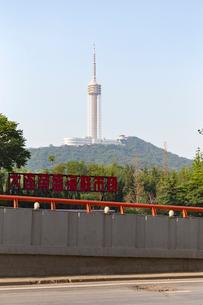 五恵路から望む大連観光塔の写真素材 [FYI02740889]