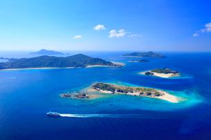 安慶名敷島と嘉比島など慶良間諸島とフェリーざまみの空撮の写真素材 [FYI02740957]