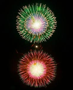 長野えびす講煙火大会の尺玉二発打ちと月の写真素材 [FYI02740992]