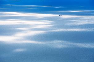 紫雲出山山頂展望台から望む午後の輝く瀬戸内海と船の写真素材 [FYI02740994]