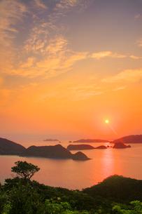 牛ノ島と座間味島など慶良間諸島と朝日の写真素材 [FYI02740995]