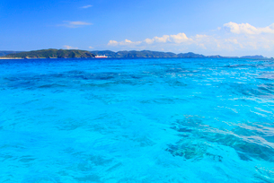 トロピカル色のニシバマビーチの海とフェリーざまみの写真素材 [FYI02741100]