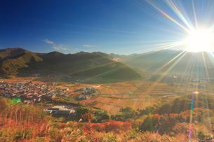 朝の千古屋城跡から望む曲尾の田園と烏帽子岳の写真素材 [FYI02741118]
