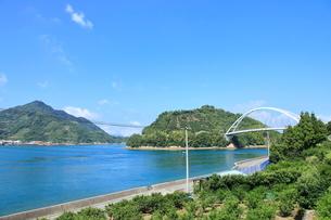 安芸灘とびしま海道 岡村島から見た岡村大橋の写真素材 [FYI02741172]