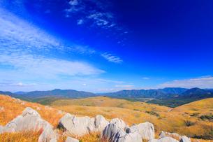 草紅葉とカルスト台地の石灰岩と鯨ヶ岳と男岳などの山並みの写真素材 [FYI02741220]