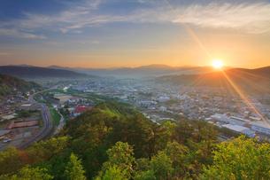 丸子城跡の二の郭跡から望む丸子市街と浅間山から昇る朝日の写真素材 [FYI02741288]