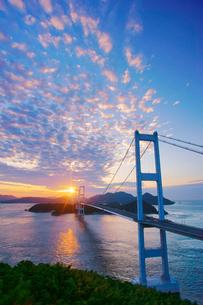 糸山公園展望台から望む来島海峡大橋と朝日の写真素材 [FYI02741291]