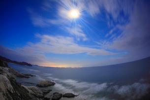 月夜の阿波連崎展望台から望む渡嘉敷南部海岸,魚眼の写真素材 [FYI02741301]