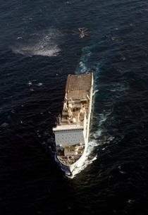 An SH-60 Sea Hawk approaches the Royal Navy landing ship docの写真素材 [FYI02741454]