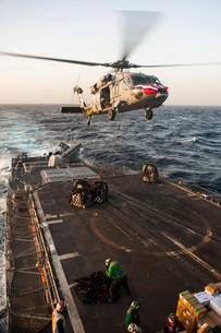 An MH-60S Sea Hawk helicopter delivers cargo to USS Mobile Bの写真素材 [FYI02741631]