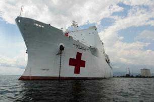Military Sealift Command hospital ship USNS Comfort at port.の写真素材 [FYI02741661]