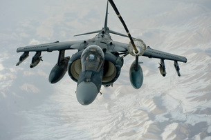 An A/V-8B Harrier receives fuel over Afghanistan from a KC-10 Extender.の写真素材 [FYI02741766]