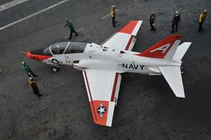 Sailors perform pre-flight checks on a T-45C Goshawk.の写真素材 [FYI02741775]