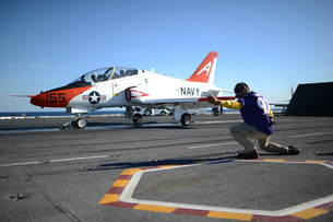 Shooter signals to the pilot of a T-45C Goshawk training aircraft.の写真素材 [FYI02741794]