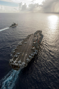 USS George Washington and USS Mobile Bay underway in the Pacの写真素材 [FYI02741800]