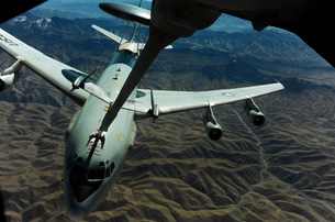 A U.S. Air Force E-3 Sentry aircraft refueling from a KC-10 Extender.の写真素材 [FYI02741833]