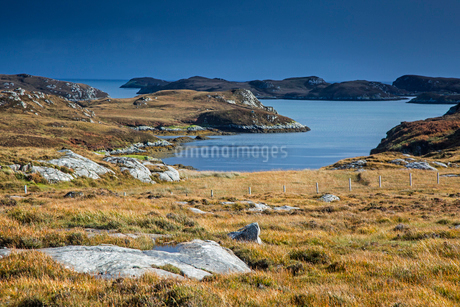 Sunny view craggy landscape and lake, Loch Aineort, South Uist, Outer Hebridesの写真素材 [FYI02741922]