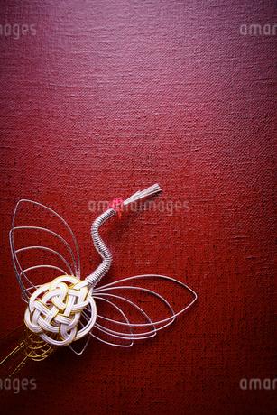 会津塗りと鶴の水引の写真素材 [FYI02742110]