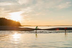 Finland, Varsinais-Suomi, Satakunda, Eura, Men competing on paddleboardsの写真素材 [FYI02742142]