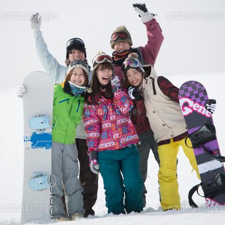 ゲレンデで微笑む若者たちの写真素材 [FYI02742160]