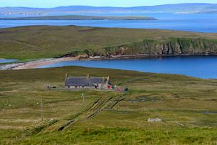 UK, Scotland, Shetland, Yell, West Sandwick, Old hut by seaの写真素材 [FYI02742182]
