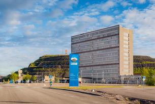 Sweden, Lapland, Kiruna, View of LKAB headquarters and open-pit mine in backgroundの写真素材 [FYI02742257]