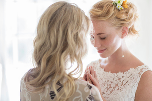 Matron of honor and bride talking in domestic roomの写真素材 [FYI02742306]