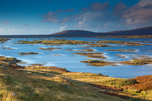 Tranquil lake scene, Lochboisdale, South Uist, Outer Hebridesの写真素材 [FYI02742383]