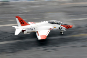 A T-45C Goshawk training aircraft makes an arrested landing.の写真素材 [FYI02742621]