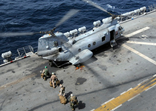 U.S. Marines board a CH-46 Sea Knight helicopter on the fligの写真素材 [FYI02742622]