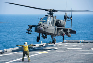 An Army AH-64D Apache helicopter prepares to land aboard USS Ponce.の写真素材 [FYI02742922]