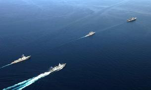 German Navy frigate FGS Hessen and the USS Harry S. Truman cの写真素材 [FYI02742974]