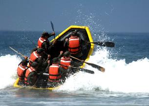 Basic Underwater Demolition/SEAL students battle through theの写真素材 [FYI02742997]