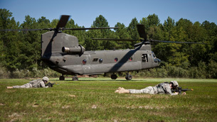 U.S. Soldiers provide security for a CH-47 Chinook helicopter.の写真素材 [FYI02743080]
