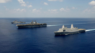 USS Pearl Harbor, USS Makin Island, and USS New Orleans tranの写真素材 [FYI02743108]