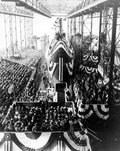 Spectators gather around the nuclear-powered submarine USS Nの写真素材 [FYI02743156]