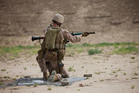 U.S. Marine prepares a fragmentation round for the RPG-7.の写真素材 [FYI02743239]