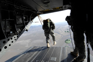 U.S. Airmen jump from a CH-47 Chinook over Nevada.の写真素材 [FYI02743314]