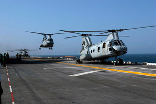 U.S. Marine Corps CH-46 Sea Knight helicopters aboard the USの写真素材 [FYI02743343]