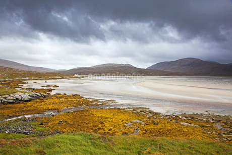 Storm clouds over tranquil view of mountains and beach, Luskentyre Beach, Harris, Outer Hebridesの写真素材 [FYI02744638]