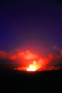 夜のハワイ島キラウエア火山ハレマウマウ・クレーターの写真素材 [FYI02744772]