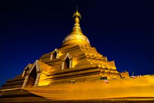タイ  金色のパゴダの写真素材 [FYI02744799]